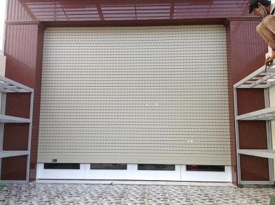 So sánh cửa cuốn và cửa kéo để lựa chọn cho ngôi nhà mặt phố